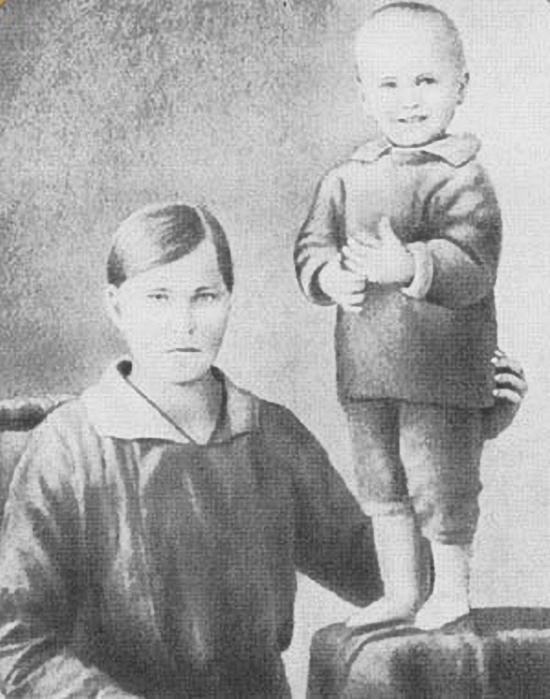 Василий Шукшин с матерью