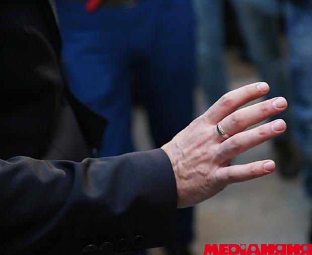 Обручальное кольцо на среднем пальце что означает?