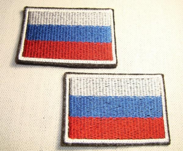 аппликация на бумаге с российским флагом из ткани