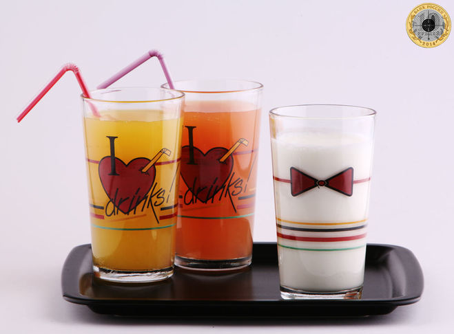 Композиция из трёх стаканов на поддоне