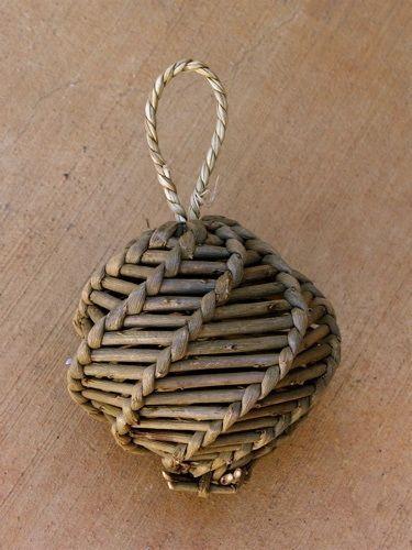елочный шар из газетных трубочек