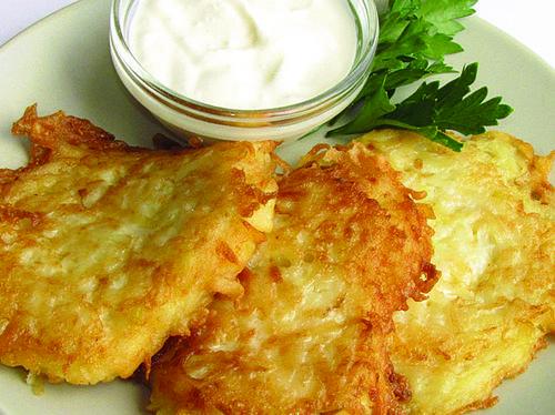 Называются картофельные оладьи тоже по-разному.