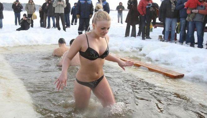 голая в холодной воде порно