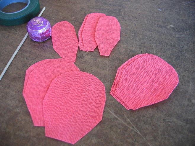 Сделать розочки из гофрированной бумаги своими руками