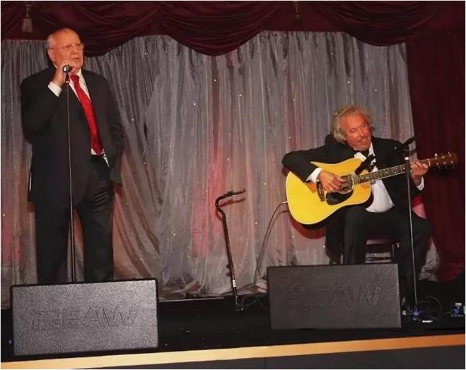 Михаил Горбачёв и Андрей Макаревич поют дуэтом