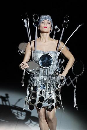 странная модель одежды