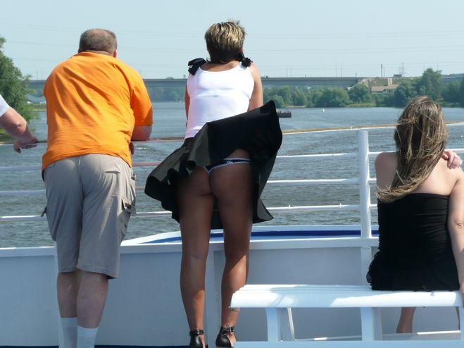 Фото девушки в мини юбках все видно