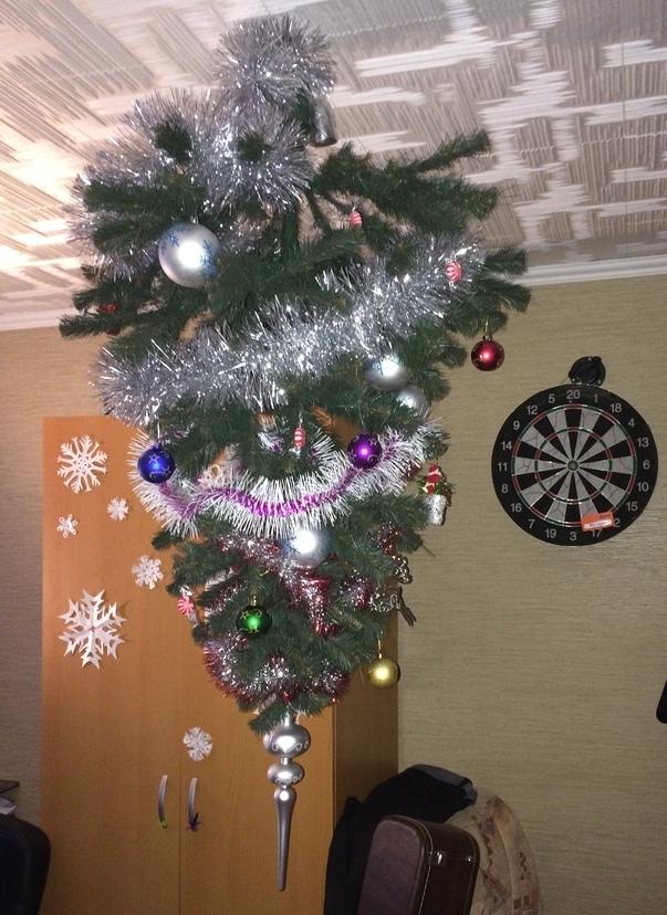 подвесить елку кверх ногами вместо люстры прямо над праздничным столом