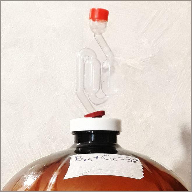 Гидрозатвор Горыныч на бутыли с брагой