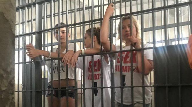 Трахает лысую сисястую телку в тюрьме — 2