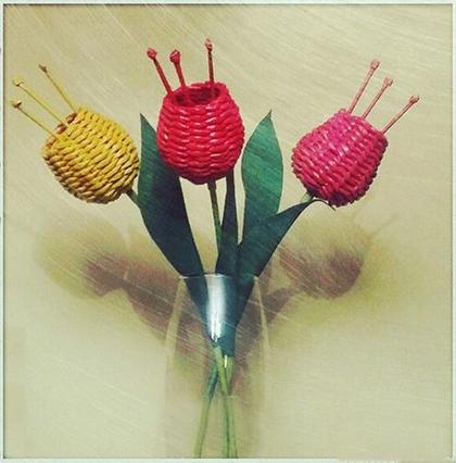 Тюльпаны из газетных трубочек