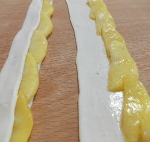 Булочки-розочки из теста с дольками яблок