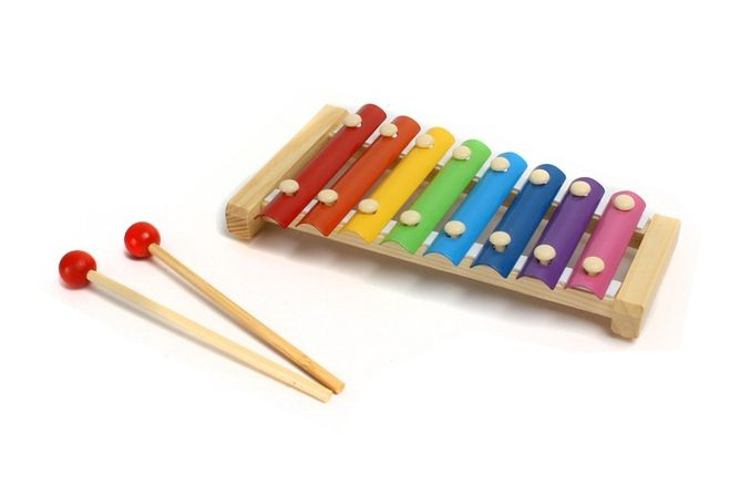 На каком инструменте играют пальцами рук, ладонями, локтями (см)?